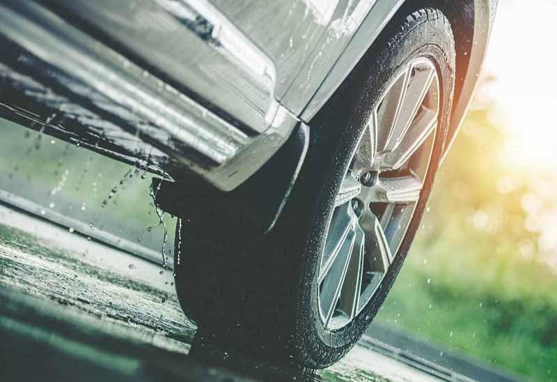 Conducir con precaución bajo la lluvia es fundamental especialmente en verano