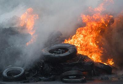 ¿Por qué la quema de neumáticos debilita la capa de ozono?